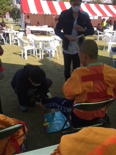 片麻痺スーツ着用中。 「こんな体験なかなか出来ないですよねぇ」なんて会話をしながら。。。